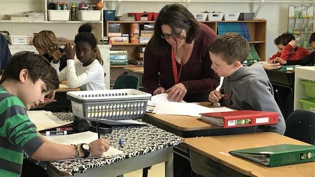 L'orthopédagogue Rita Bourgeois aide des élèves de l'École Précieux-Sang