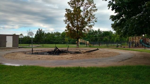 Les restants d'une structure de jeu d'une école primaire.