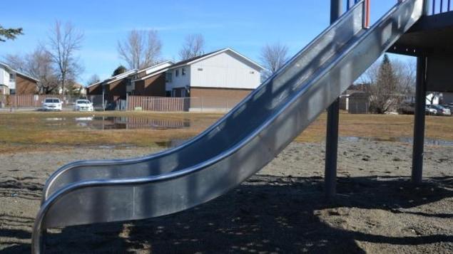 Le parc Hurtubise principalement utilisé par les enfants d'un complexe de logements sociaux pourraient fermer selon un rapport préliminaire des élus sudburois.