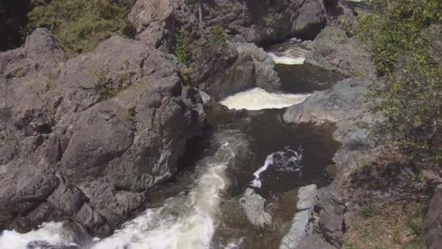 Le courant fort et les rochers rendent la baignade à Park Falls périlleuse.