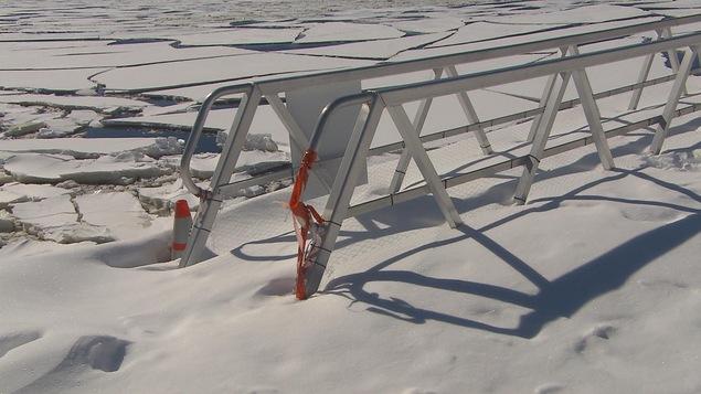 La passerelle désaffectée est maintenant figée dans les glaces de la rivière Saguenay