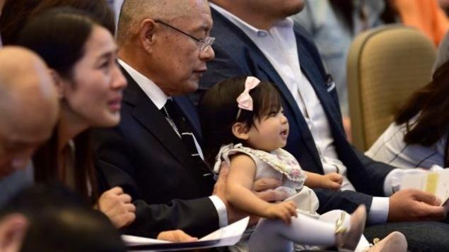 Le pasteur Lim avec sa petite fille