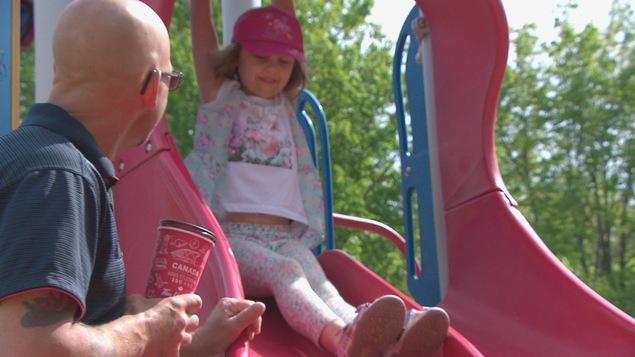 Un père jouant avec sa fille au parc