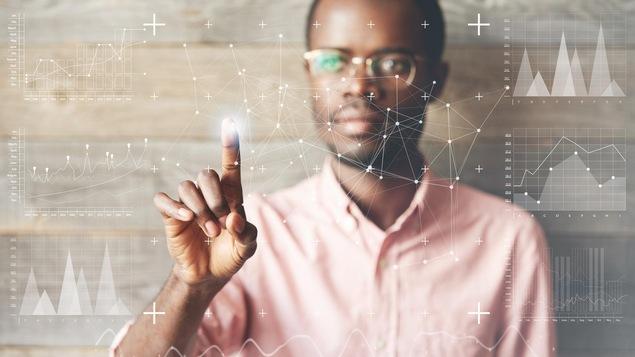 Un homme noir touche un écran transparent devant lui