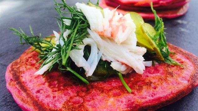 Crêpes salées à la betterave avec crabe des neiges et salade d'aneth