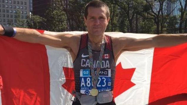 Le Latuquois Pierre Slusarek avec sa médaille au marathon de Tokyo