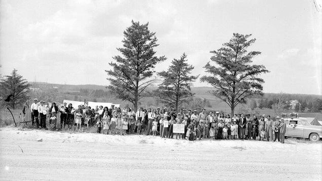Une photo en noir et blanc montre des dizaines d'Autochtones posent pour la caméra en 1953.