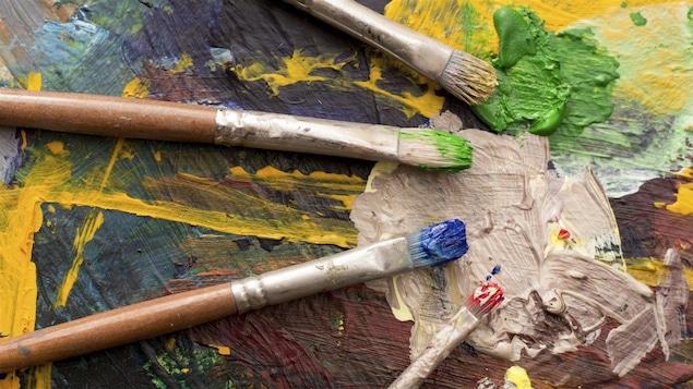 Des pinceaux et de la peinture.