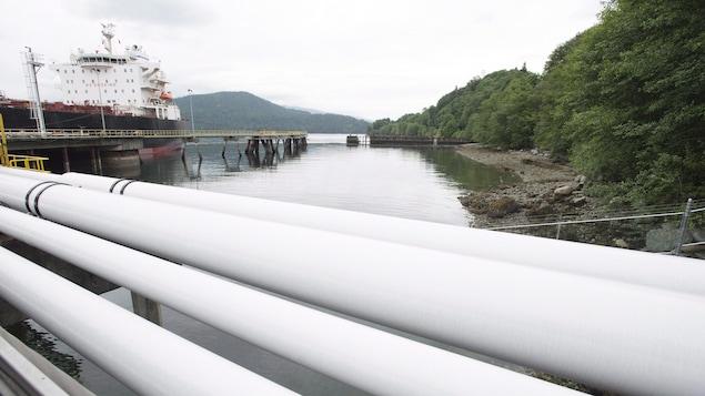 Photo d'un tanker pétrolier recevant son chargement de pétrole du pipeline Trans Mountain de Kinder Morgan à Burnaby en Colombie-Britannique, le 4 juin 2015.