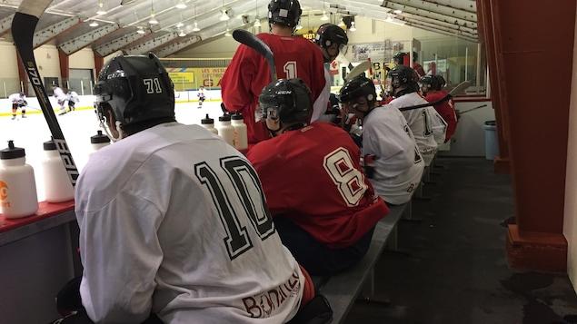 Les joueurs de l'équipe des Pirates de Ville-Marie pratiquent avant leur premier match contre les Titans de Temiscaming.