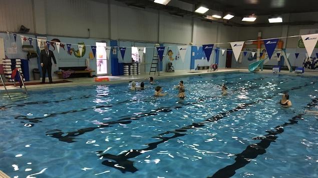 Des baigneurs s'entraînent dans la piscine