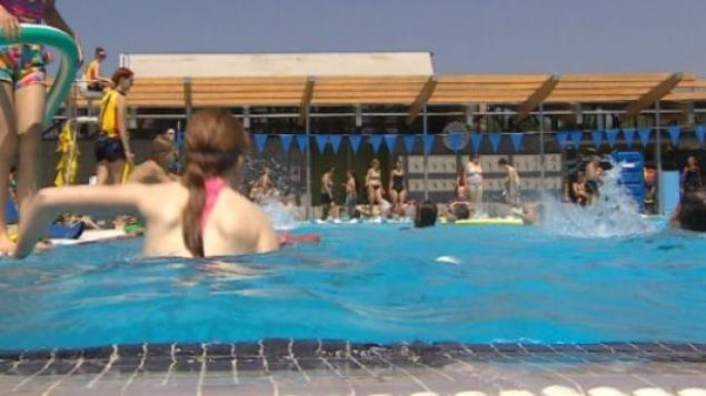 Des enfants qui se baignent dans une piscine.