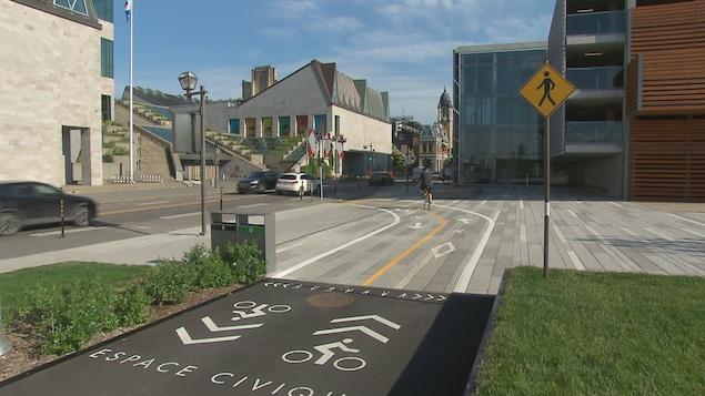 La Ville de Québec que la nouvelle piste cyclable de la place des Canotiers est encore en évaluation.