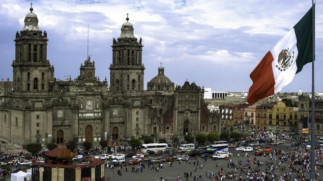 Un drapeau du Mexique flotte sur la place Zocalo.