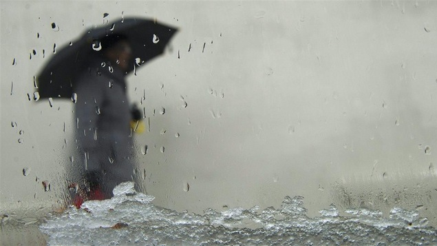 Une passante dans la pluie et la neige