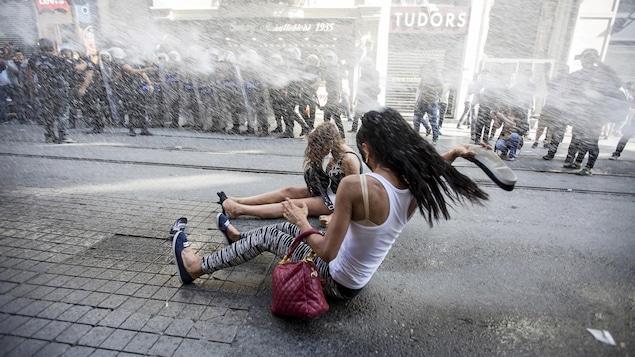 La police anti-émeute se sert d'un canon à eau pour disperser des défenseurs des droits des LGBT avant un défilé de la fierté gaie à Istanbul, en Turquie, le 28 juin 2015.