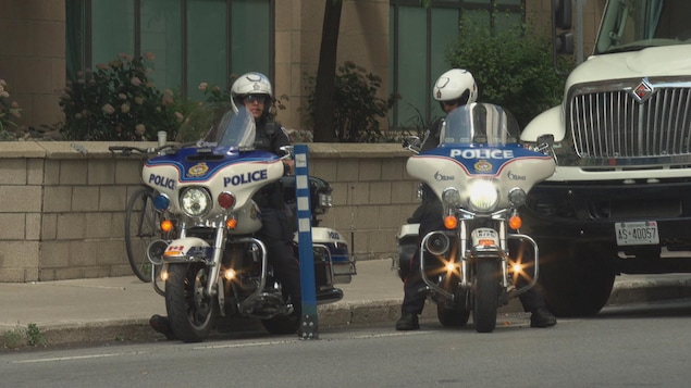 Deux policiers en moto