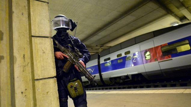 Un membre du Groupe d'intervention de la gendarmerie nationale lors d'un exercice antiterroriste à la gare Montparnasse, à Paris, en avril 2016.