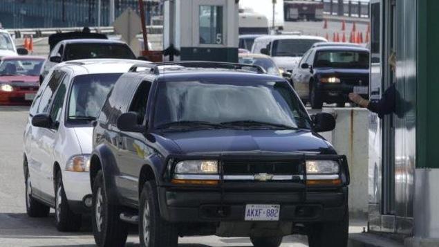 Des voitures attendent à un poste frontière
