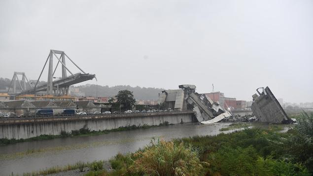 Le pont autoroutier est sectionné dans sa partie surplombant un quartier industriel.