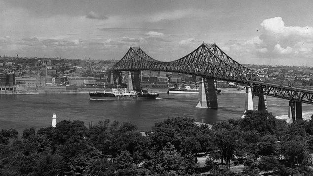 Vue du pont Jacques-Cartier depuis l'île Sainte-Hélène