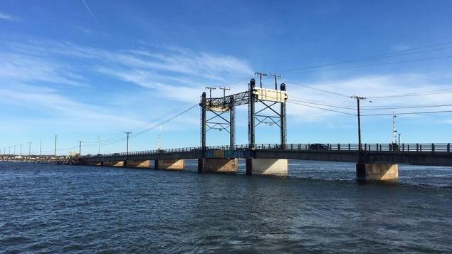 Le pont qui relie Shippagan à Lamèque au Nouveau-Brunswick.