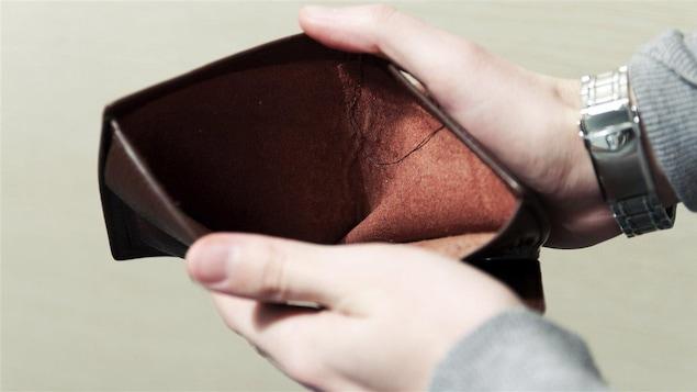 Photo d'un portefeuille ouvert qui ne contient aucun argent.