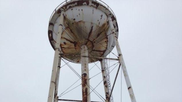 Une tour d'eau rouillée