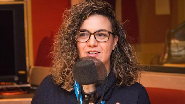 Darine Ameyed dans le studio de l'émission La sphère.