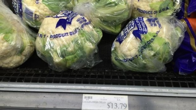 Des choux-fleurs en vente dans une épicerie au Nunavut. Dans le territoire, le prix des aliments est trois fois plus élevé que dans le reste du pays.