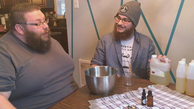 Deux hommes barbus assis à une table avec un bol et des ingrédients