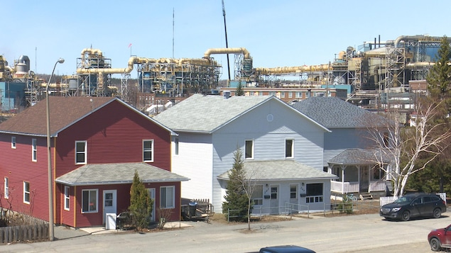 Un quartier résidentiel juste à côté d'une zone industrielle.