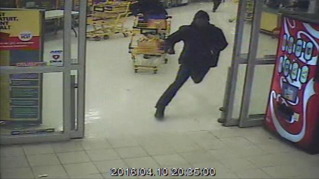 Les caméras de surveillance  montrent Randy Tshilumba prenant la fuite.