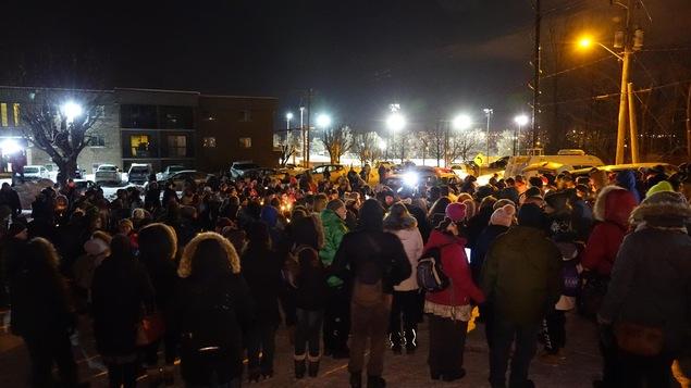 Un rassemblement à la mémoire des victimes de la fusillade de Québec devant la mosquée de Sherbrooke