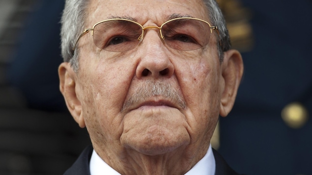 Gros plan sur le visage de Raul Castro
