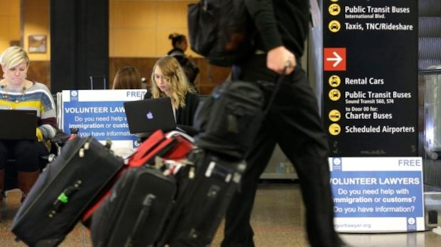 Des passagers et des bagages dans un aéroport.