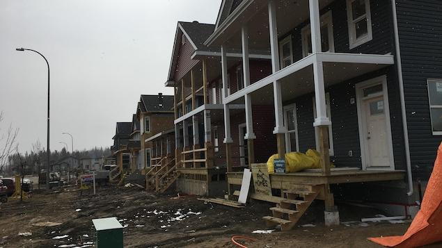 Des maisons en reconstruction à Fort McMurray.