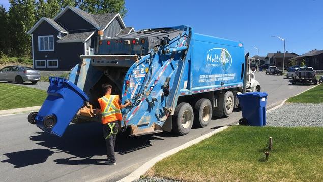 Un employé de Multitech Environnement fait la collecte de recyclage.
