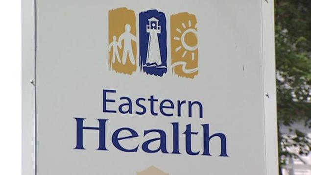 Une affiche devant un établissement de la Régie de santé de l'Est à Terre-Neuve-et-Labrador