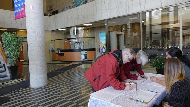 Les premiers signataires du registre contre le règlement d'emprunt pour le Colisée de Trois-Rivières sont arrivés dès 9 h.