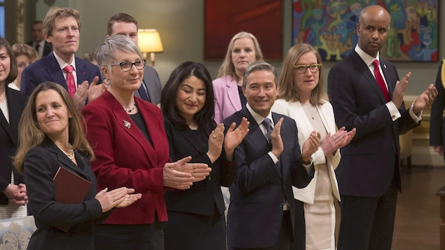 La ministre des Affaires étrangères Chrystia Freeland, la ministre du Travail Patty Hajdu, la ministre de la Condition féminine Maryam Monsef, le ministre du Commerce international François-Philippe Champagne , la ministre des Institutions démocratiques Karina Gould et le ministre de l'Immigration, des Réfugiés et de la Citoyenneté, Ahmed Hussen.