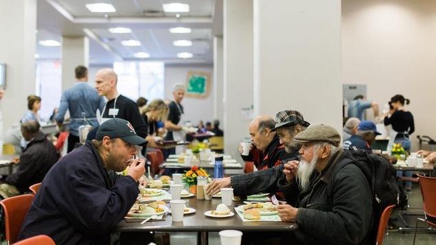 Un repas de l'Action de grâce servi par l'organisme de charité Union Gospel Mission à Vancouver