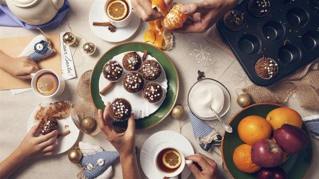 Un repas. Des muffins, des fruits, du chocolat.