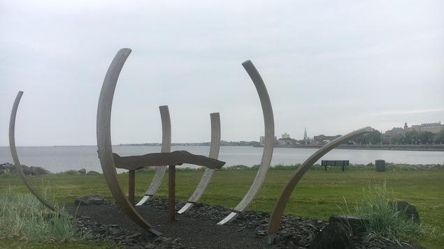 « La Macrée » est une oeuvre collective installée à l'entrée du sentier du littoral de Rimouski