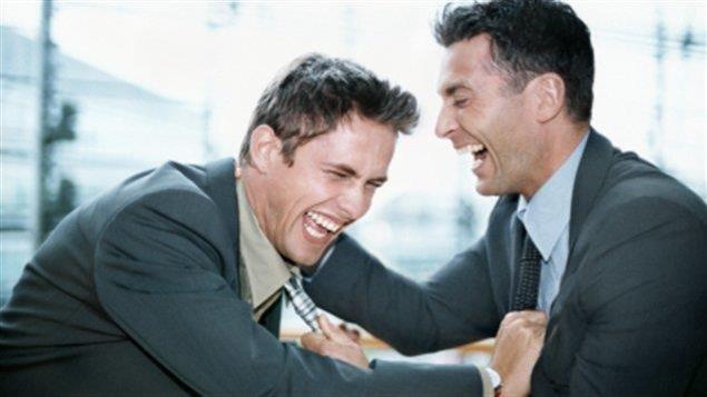 Deux hommes rient aux éclats.