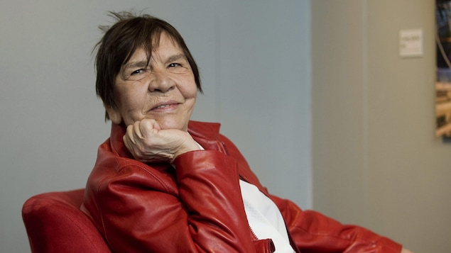 Portrait de Rita dans un fauteuil rouge