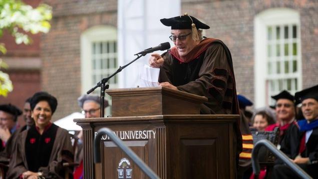Robert De Niro s'adressant aux diplômés de l'University Brown, au Rhode Island