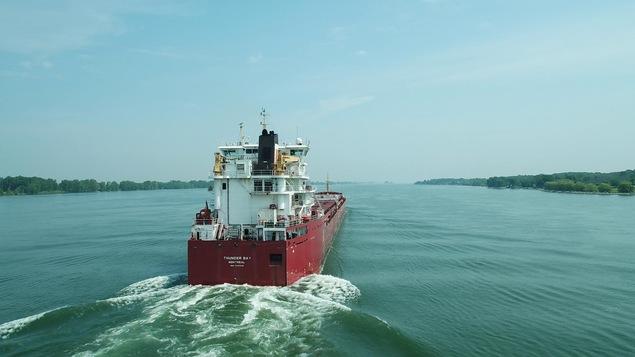 Un bateau navigue sur la voie maritime du St-Laurent devant Verchères.