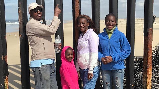 Rosette, son mari, Godet, et ses filles devant le mur qui sépare Tijuana, au Mexique, de San Diego, aux États-Unis