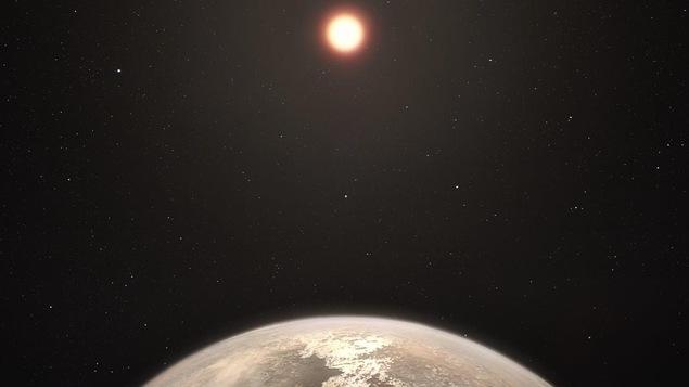 Représentation artistique de la planète tempérée Ross 128 b ainsi que son étoile hôte, une naine rouge, en arrière-plan.